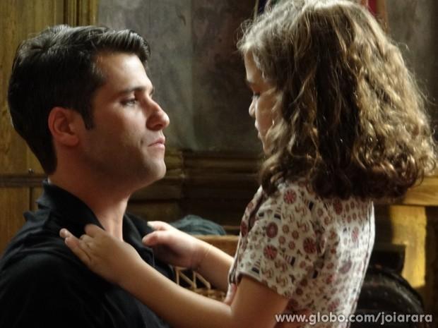 Franz volta para casa e deixa Pérola para lá de feliz (Foto: Joia Rara/TV Globo)
