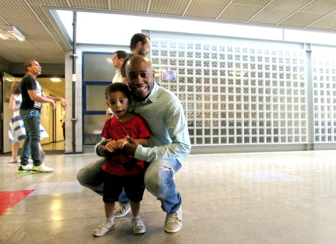 Davi Cunha, filho de Nando Cunha, visita bastidores (Foto: Adam Scheffel/Gshow)