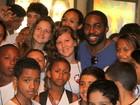 Lázaro Ramos posa com crianças do Vidigal em teatro