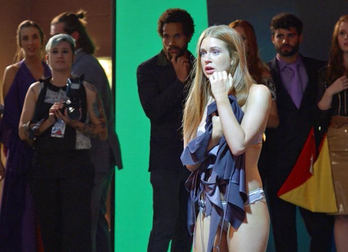 Coitada! Eliza passa a maior vergonha em festa (Foto: TV Globo)