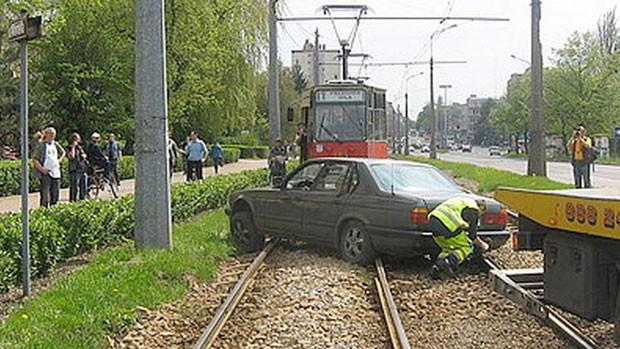 Motorista bêbado caiu no sono profundo após parar em trilhos do bonde (Foto: Europics/Newscom/EFE)