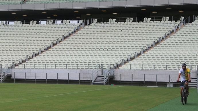 Inglês percorre sedes da Copa de bicicleta (Foto: Divulgação/Secopa)
