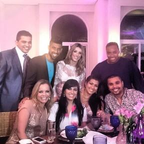 Naldo e Ellen Cardoso, a Mulher Moranguinho, com amigos em festa de casamento de Léo Moura e Camila Silva no Rio (Foto: Instagram/ Reprodução)