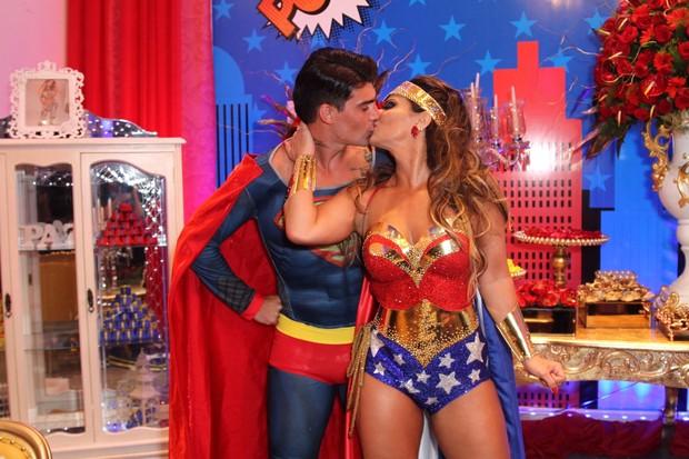 Radamés e Viviane Araújo se beijam no aniversário dela de 41 anos (Foto: Anderson Borde/AgNews)