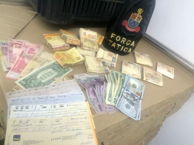 Grupo também tinha dinheiro em diversas moedas (Foto: PM/Divulgação)