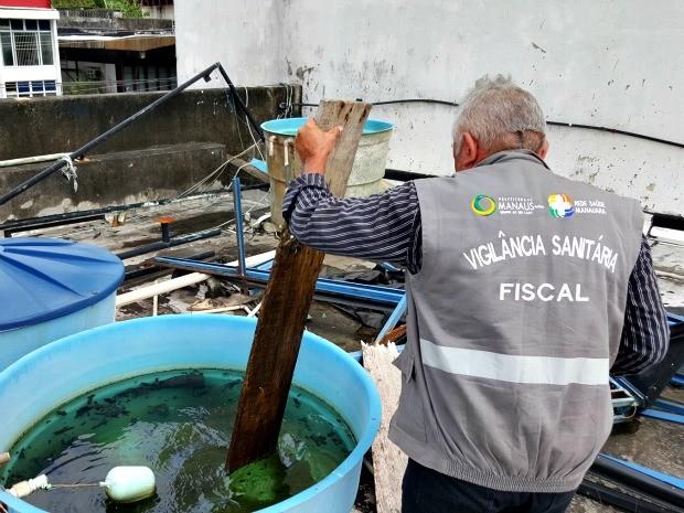 Um dos imóveis estava com reservatório de água sem tampa  (Foto: Semcom/ Altemar Alcântara )