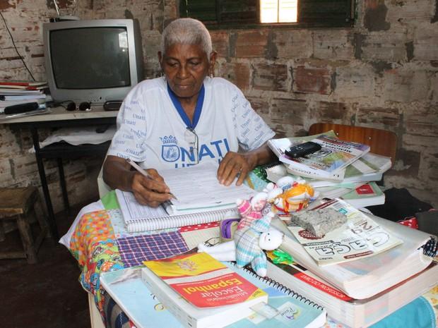 Osmarina Duarte de Sousa, 74 anos, de estudar para o Exame Nacional do Ensino Médio (Enem) (Foto: Gilcilene Araújo/G1)