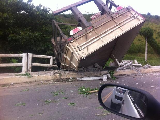 Caminhão fica pendurado em ponte na BR-104 (Foto: Allan Rocha/Arquivo Pessoal)
