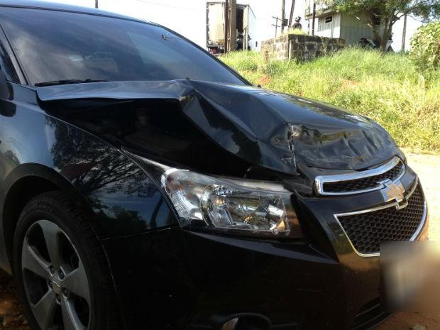 Depois de ser atingido por trem, caminhão bateu em carro (Foto: Gilberto)