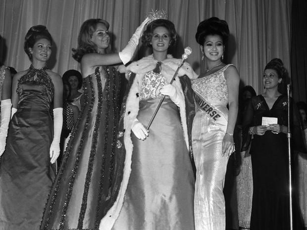 """Ana Cristina Ridzi é coroada """"Miss Brasil 1966"""" em concurso realizado em julho no Maracanãzinho, no Rio (Foto: Arquivo / Agência O Globo)"""