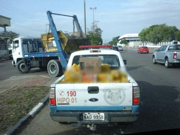 Caminhonete da PM transitava em via pública quando foi flagrada (Foto: Arquivo pessoal)