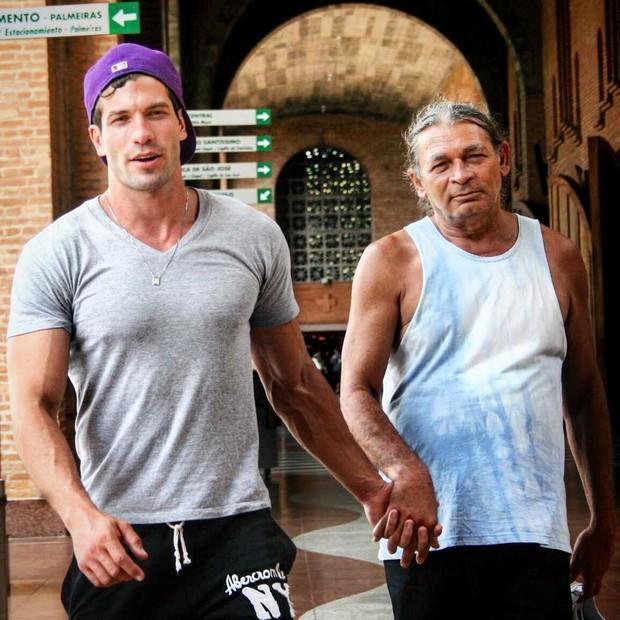Ex-BBB Roni com o pai (Foto: Reprodução/Instagram)