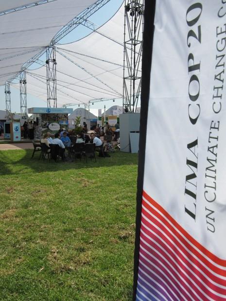 Negociadores conversam em espaço montado em Lima para receber a COP 20 (Foto: Eduardo Carvalho/G1)
