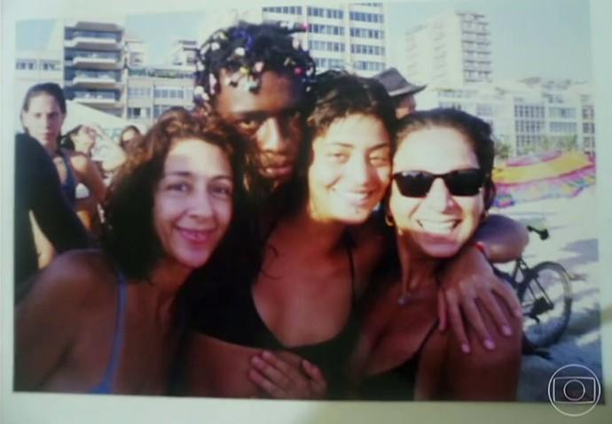 Carol Castro e amigas posam com Seu Jorge na orla (Foto: TV Globo)