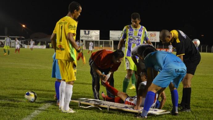 Rocha com o atacante Salatiel, socorrido na partida (Foto: Dennis Gonçalves)