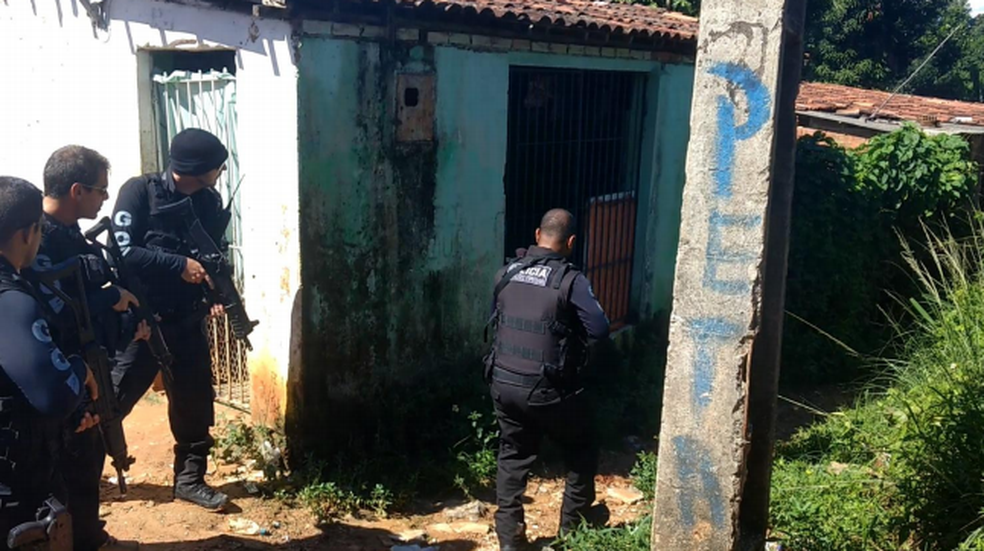 Policiais do GOE durante buscas para encontrar vítima sequestrada em Jaboatão dos Guararapes (Foto: Polícia Civil/Divulgação)