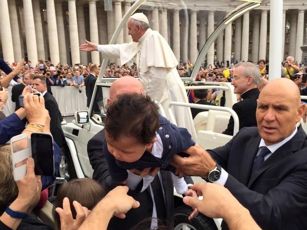 Depois de ser abençoado pelo papa, Felipe virou atração; as pessoas queriam tocá-lo, tirar fotos com ele, conta o pai (Foto: Anderson Kirihara / Arquivo Pessoal)
