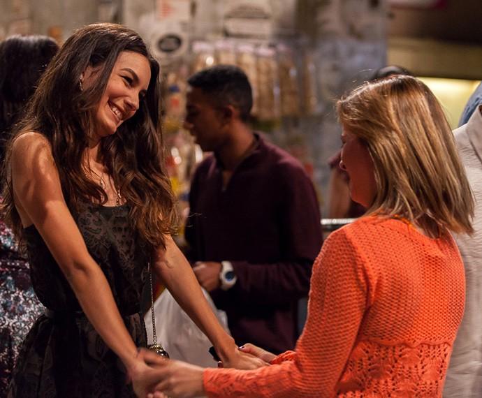 Luciana recebe os parabéns da amiga Jéssica por passar para o Colégio Leal Brazil (Foto: Artur Menineia/Gshow)