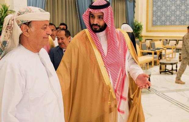 O presidente do Iêmen, Abdu Rabbu Mansour Hadi (esq.), aparece em Riyad, Arábia Saudita. Ele fugiu do Iêmen após o avanço de rebeldes (Foto: AP)