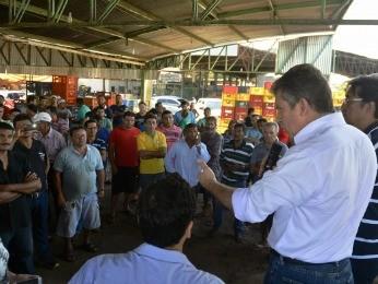 Prefeito Mauro Mendes reuniu-se com feirantes do Verdão, em Cuiaba (Foto: Tchélo Figueiredo/Secom Cuiabá)