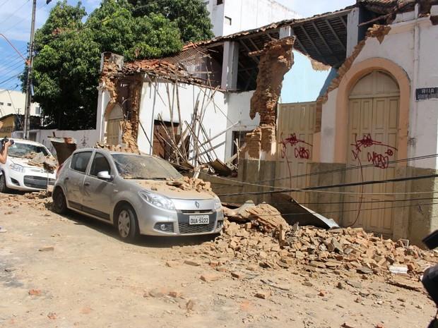 Parte de casa desaba sobre carros no Centro de Teresina (Foto: Samantha Araújo/G1)