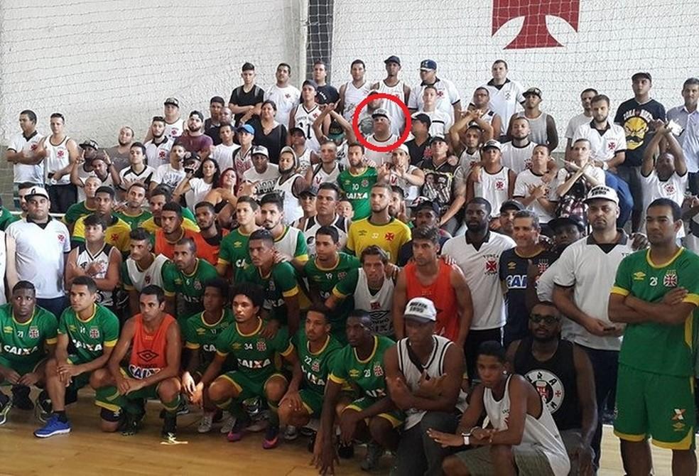 Destacado em vermelho, Savio na reunião com jogadores em São Januário, pouco mais de um ano depois do episódio com Rodrigo (Foto: Reprodução)