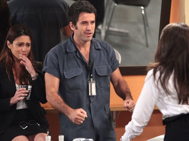 Carolina Chega, e Ulisses banca o apaixonado (Foto: Guerra dos Sexos / TV Globo)