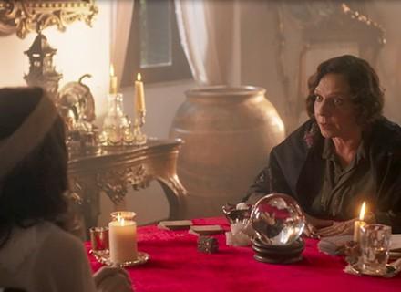 Lucinda vai atrás de uma cartomante para saber de Maurício