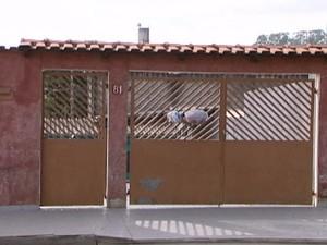Homem matou esposa e se matou na casa do casal, em Itaquaquecetuba. (Foto: Reprodução/TV Diário)