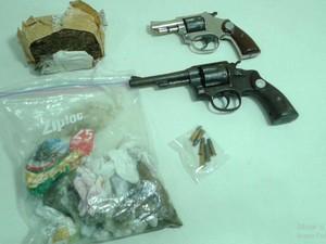 Armas e drogas foram apreendidas  (Foto: Alan Magalhães/TV Sergipe)