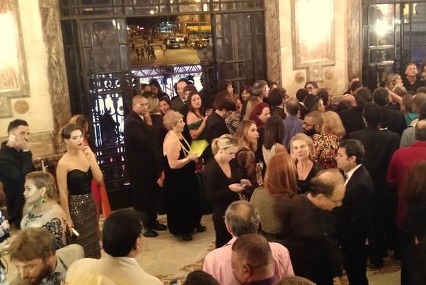 Latino e Rayanne Morais (no canto esquerdo da imagem) aguardando para entrar em premiação (Foto: Léo Martinez/EGO)