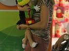 Fernanda Pontes brinca com a filha em loja de brinquedos