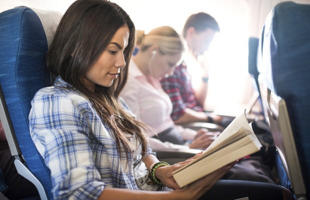 Avião-bordo-livro-leitura-voo (Foto: Thinkstock)