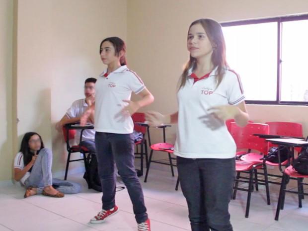 Lara Dionísio e Sofia Lacerda são parceiras na hora de dançar com o Kinect (Foto: Ricardo Oliveira/G1)