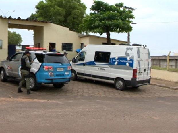 A presa Cândida Márcia Santana Bispo chegou na tarde deste sábado (12) ao RDD, em Presidente Bernardes (Foto: Reprodução/TV Fronteira)