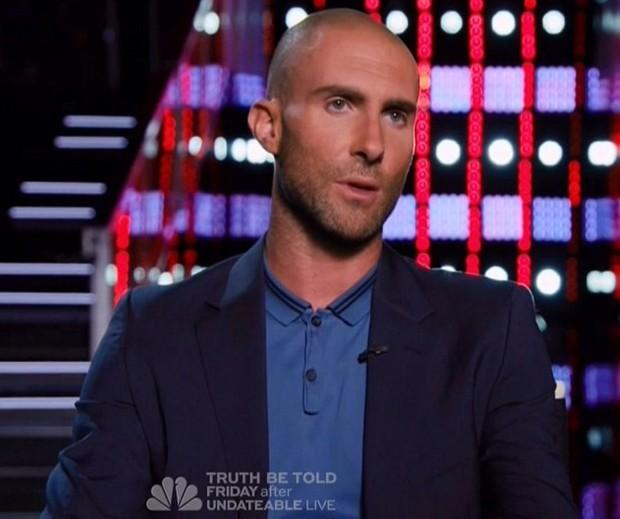 Adam Levine raspa o cabelo e inspira memes (Foto: NBC / Reprodução)