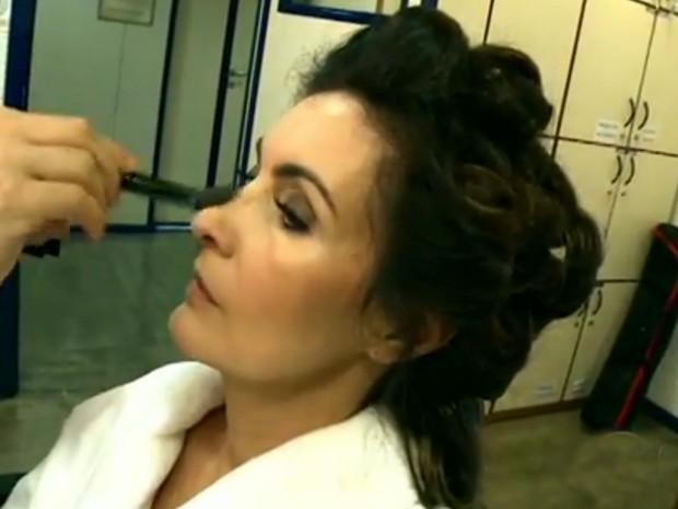 Passe um pó translúcido para marcar o blush (Foto: Encontro com Fátima Bernardes/ TV Globo)