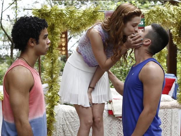 Gustavo provoca Emerson e dá beijo em Gaby no meio de todo mundo (Foto: Fábio Rocha/ Gshow)