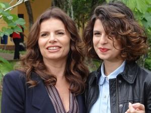 Débora Bloch recebe visita da filha Julia em gravação (Avenida Brasil/TV Globo)