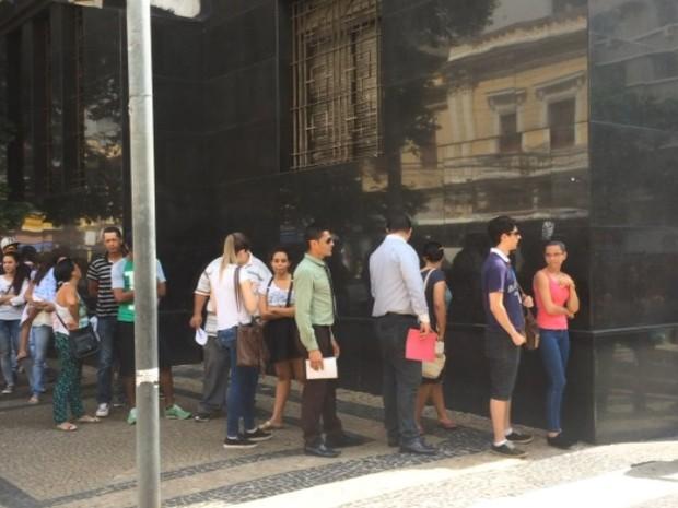Palácio da Justiça tinha fila que dobrava o quarteirão nesta segunda-feira (28) (Foto: Reprodução/EPTV)