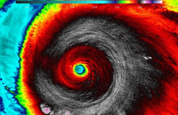 O furacão Patricia é visto em imagem infravermelha do satélite Suomi NPP, da NASA-NOAA. As temperaturas nas nuvens ao redor do olho do furacão variavam de -93 C a -83 C às 20h20 de sexta (horário de Brasília) (Foto: Reuters/NASA-NOAA)