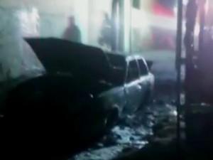 Carro também pegou fogo em represália após mortes de jovens em confronto com PM de Piracicaba (Foto: Wagner Romano)