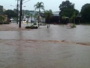 Ruas ficaram cobertas pela água da chuva (Foto: Vivian de Castro/TV Morena)