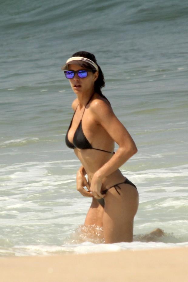 Fernanda Lima  na praia (Foto: J.Humberto / AgNews)