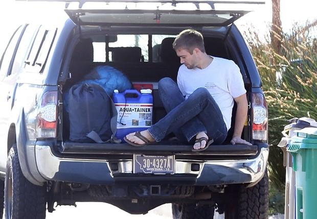 Cory Walker em carro com objetos do irmao (Foto: AKM-GSI)