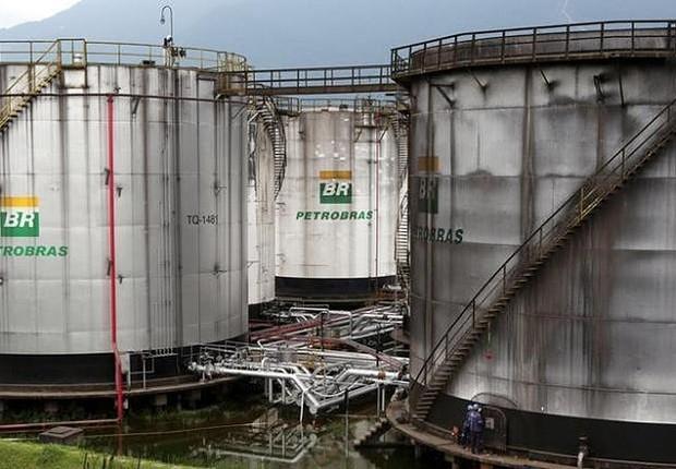 Funcionários reparam um dos tanques da Petrobras em Cubatão (Foto: Paulo Whitaker/Reuters)