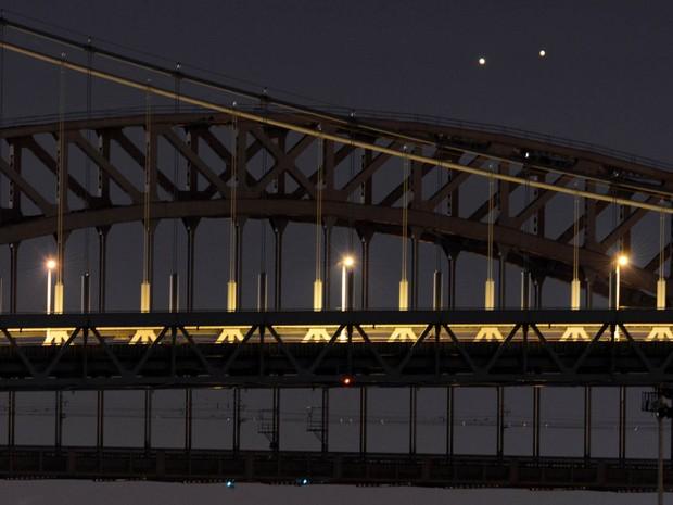 Os planetas Júpiter e Vênus aparecem muito próximos na manhã desta segunda-feira (18) no céu de em Nova York. Eles vão se separar a cada dia, mas devem ainda permanecer um pouco juntos cerca de 45 minutos antes de o nascer do sol durante esta semana (Foto: Stan Honda/AFP)