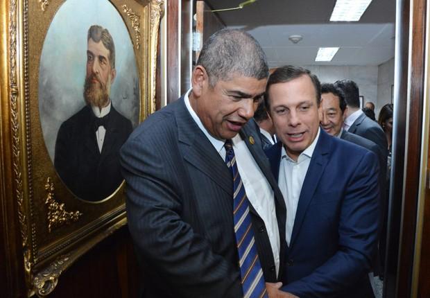 O prefeito de São Paulo, João Doria (PSDB), aqui ao lado do vereador Milton leite (DEM), participa da primeira sessão na Câmara dos Vereadores de São Paulo, ao lado do vereador M (Foto: Fernando Pereira/SECOM)