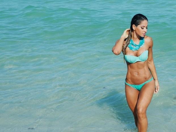 Mayra Cardi em praia em Miami, nos Estados Unidos (Foto: Instagram/ Reprodução)