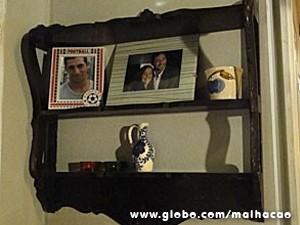 A prateleira tem fotos da família (Foto: Malhação / TV Globo)